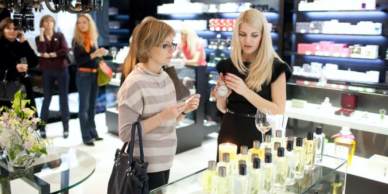 консультанты магазина помогают выбрать духи