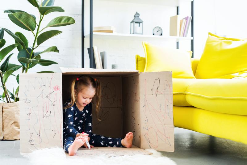 ребенок в домике в коробке без соседей